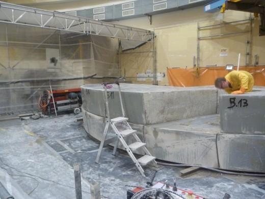 Oberhalb des Reaktors wurde nicht mehr benötigtes Material – wie hier die Abdecksteine – entfernt.