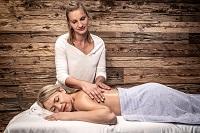 Massagen mit handverlesenen Ölen und Düften (Bergdorf Prechtlgut)